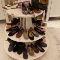 How many shoes on this stand?